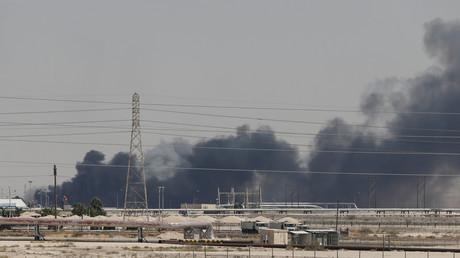 De la fumée s'échappe des installations Aramco situées à Abqaiq, le 14 septembre 2019, en Arabie saoudite.