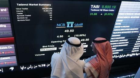 Des investisseurs saoudiens surveillent les actions du département boursier de la National Commercial Bank, le 12 novembre 2014, à Riyad (image d'illustration).