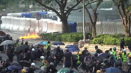 Hong Kong : cocktails Molotov contre canons à eau, les violences continuent
