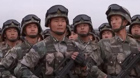 Des militaires paradent dans le cadre d'un exercice militaire annulé organisé en Russie, le 16 septembre 2019.