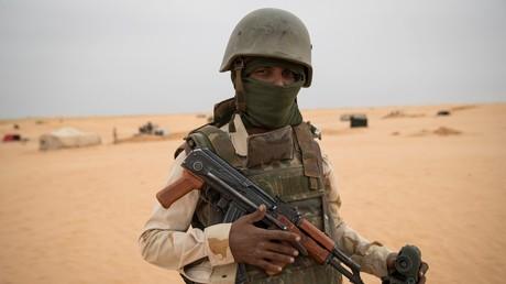 Un militaire membre de la force multinationale G5 Sahel monte la garde dans le sud mauritanien à proximité de la frontière avec le Mali.     (image d'illustration).