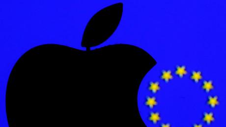 Logo d'Apple et drapeau de l'Union européenne (image d'illustration).