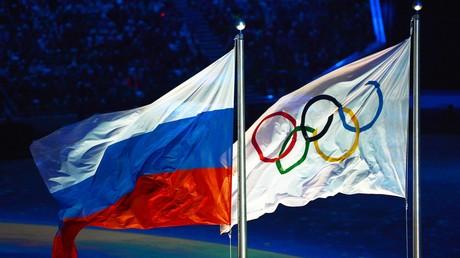Le drapeau russe et le drapeau olympique