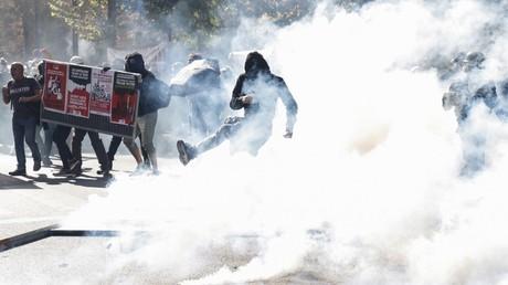 Un manifestant repousse une grenade lacrymogène lors de la marche pour le climat, le 21 septembre 2019, à Paris.