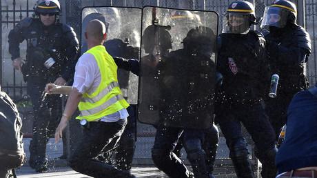 Un manifestant Gilet jaune en découd avec des membres de la compagnie républicaine de sécurité à Bordeaux le 23 mars 2019 (image d'illustration).