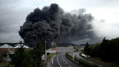 Un panache de fumée s'échappe d'une usine de Lubrizol classée Seveso à Rouen, le 26 septembre 2019.