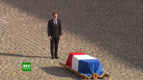 Le président Macron rend hommage à Jacques Chirac au milieu de la cour d'honneur des Invalides