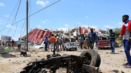 Des Somaliens inspectent les restes d'un véhicule militaire européen à Mogadiscio, le 30 septembre.
