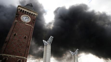 Un panache de fumée s'élève dans le ciel de Rouen, après l'incendie dans l'usine de Lubrizol, le 26 septembre 2019 (image d'illustration).