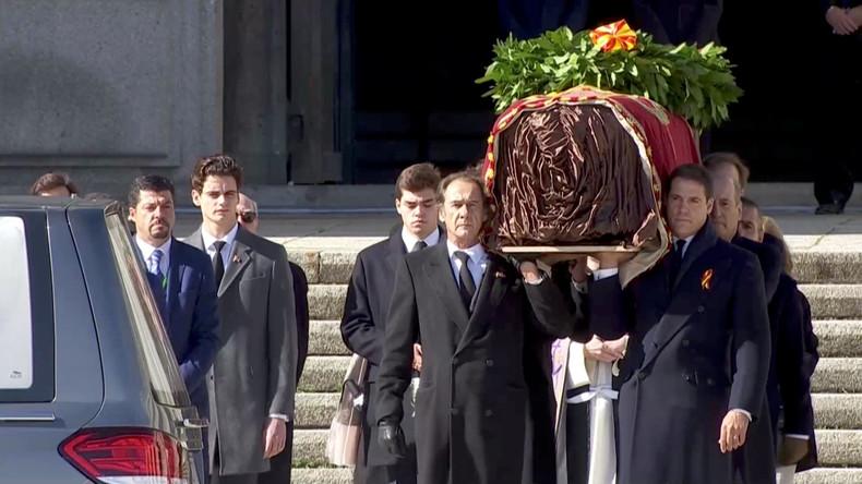 Espagne : porté par sa famille, le cercueil de Franco quitte son mausolée (VIDEO)