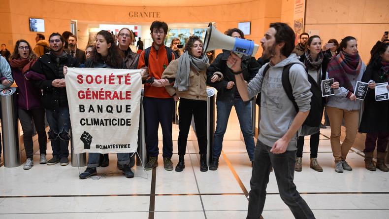 Dix militants en garde à vue prolongée pour des jets de peinture sur une banque à Nice