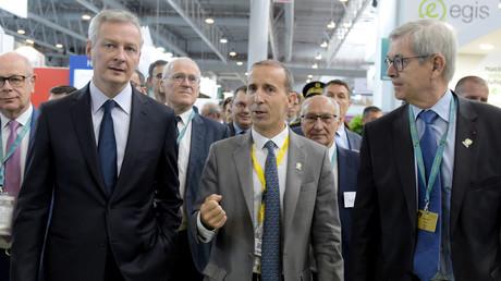 Bruno Le Maire (à gauche), accompagné du président d'EDF, Jean-Bernard Levy (2e deuxième rangée à droite), du président du groupe nucléaire français Orano, Philippe Knoche et du président du conseil d'administration d'Orano, Philippe Varin à Villepinte (93), le 26 juin 2018 (illustration).