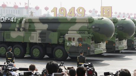Des véhicules militaires transportent des missiles balistiques intercontinentaux DF-41.