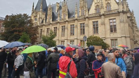 Manifestants  devant le palais de justice de Rouen, le 1er octobre en fin d'après-midi.