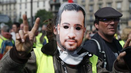 Un manifestant Gilet jaune porte un masque d'Alexandre Benalla le 1er mai 2019 (image d'illustration).