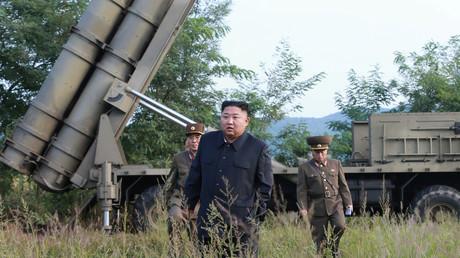 Kim Jong Un lors de l'expérimentation d'un lance-roquette multiple le 10 septembre (image d'illustration)