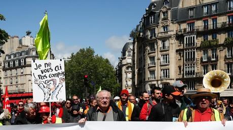 Des manifestants brandissent une banderole appelant à l'abrogation de la suppression de l'ISF, à  Paris le 27 avril 2019 (illustration).
