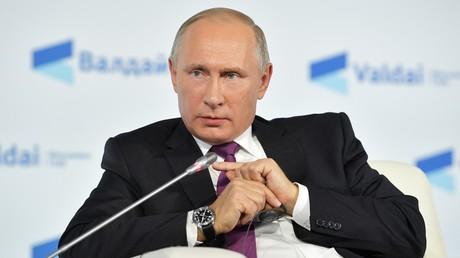 Poutine lui aussi se met à donner des leçons à manu -- 5d95dd6a6f7ccc08592bdef7