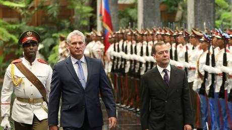 Le Premier ministre russe Dimitri Medvedev et le président cubain Miguel Diaz-Canel passant en revue une garde d'honneur à la Havane le 3 octobre 2019 (image d'illustration).