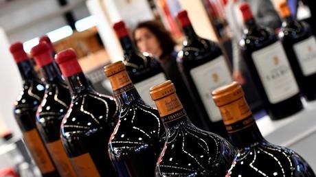 Les vins français, menacés à plusieurs reprises par l'administration, seront, comme les autres productions viticoles, surtaxés de 25%. Ici, des bouteilles de vin présentées au salon Vinexpo à Bordeaux, dans le sud-ouest de la France, le 13 mai 2019 (illustration).