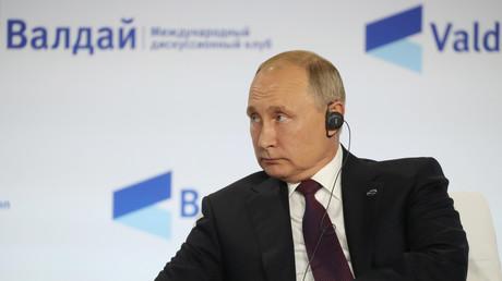 Le 3 octobre 2019, le président russe Vladimir Poutine assiste à la 16e assemblée annuelle du club de discussion Valdaï à Sotchi.