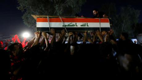 Des hommes portent le cercueil d'un manifestant tué lors de manifestations antigouvernementales à Bagdad, en Irak, le 4 octobre 2019.