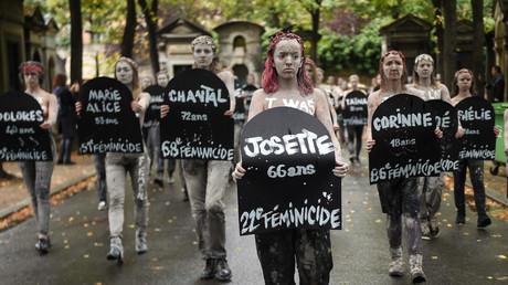 Paris : une centaine de Femen protestent contre les «féminicides» au cimetière du Montparnasse