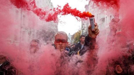 Fumigènes lors d'un rassemblement, le 6 octobre 2019 à Kiev, contre une autonomie accrue des territoires de l'est du pays.