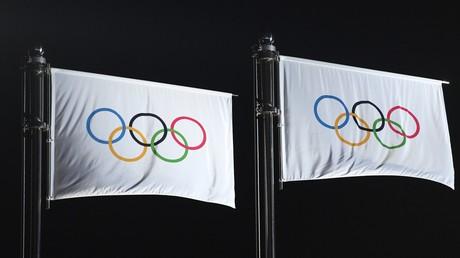Drapeaux olympiques lors de la compétition de patinage artistique des XXIIIe JO, au moment de la cérémonie de remise des prix.