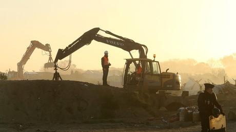 Un policier positionné devant le chantier de destruction de la jungle de Calais, en octobre 2016 (image d'illustration).