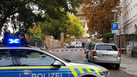 La police allemande sécurise la zone après une fusillade à Halle, dans l'est de l'Allemagne, le 9 octobre 2019.