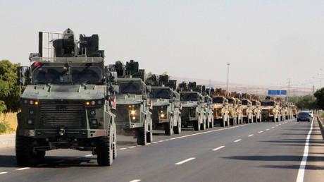 Un convoi militaire turc près de la frontière turco-syrienne, le 9 octobre.