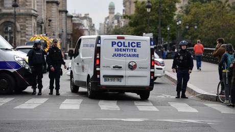 Le 3 octobre aux abords de la préfecture de police de Paris, les véhicules d'intervention se succédaient (image d'illustration).