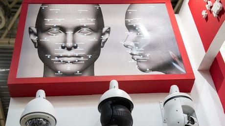 Des caméras de sécurité utilisant la reconnaissance faciale présentée à Pékin en 2018. Contrairement à la Chine, la France n'a pour l'instant pas prévu d'utiliser cette technologie en temps réel.