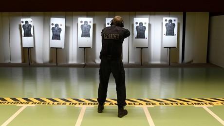 Un instructeur au stand de tir du quartier général de la police judiciaire (le Bastion) à Paris, 2017 (image d'illustration).
