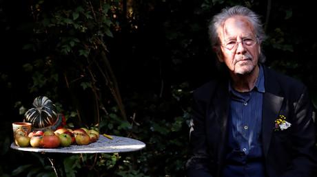 Le prix Nobel de littérature est décerné à Peter Handke.