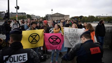 Des activistes d'Extinction Rebellion manifestent devant l'Assemblée nationale, le 12 octobre 2019, à Paris.
