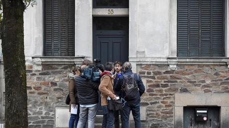 Des journalistes devant l'ancien domicile de Xavier Dupont de Ligonnès, à Nantes, dans la nuit du 11 au 12 octobre.