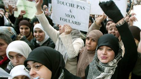 Des femmes manifestent contre l'interdiction du port du voile en France, à Bruxelles, en Belgique, le 17 janvier 2004 (image d'illustration).