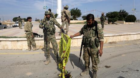 Des rebelles syriens soutenus par Ankara brûlent le drapeau de YPG kurde