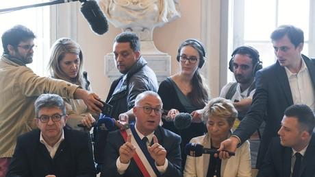 Damien Meslot, maire (LR) de Belfort, flanqué du chef de la France insoumise Jean-Luc Mélenchon, lors d'une conférence de presse à l'issue d'une réunion intersyndicale de General Electric (GE) à l'hôtel de ville de Belfort, dans l'est de la France, le 22 juin 2019 (illustration).