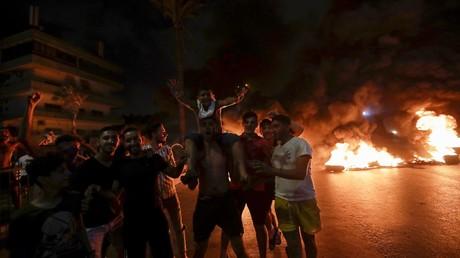 Des Libanais protestent le 17 octobre à Beyrouth contre la décision de leur gouvernement de taxer les appels émis via les applications de messagerie.
