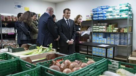 Le président de la République française, Emmanuel Macron, visite une succursale de l'organisation caritative française Les Restos du Cœur, à Paris le 21 novembre 2017 (illustration).