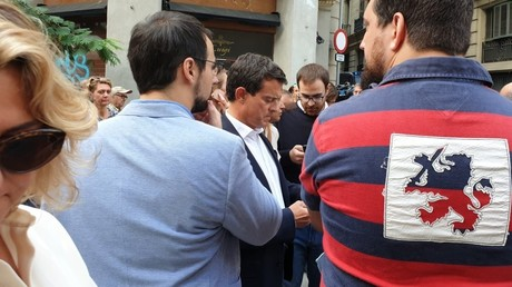 Manuel Valls devant la préfecture pour saluer le travail des forces de l'ordre après les manifestations indépendantistes, le 19 octobre 2019, à Barcelone.