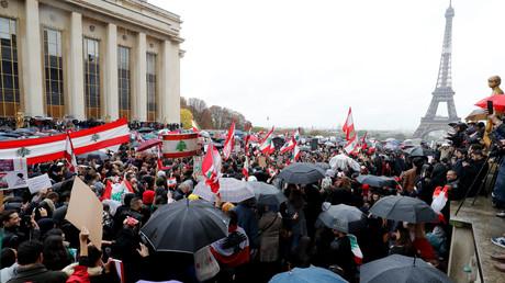 Des milliers de manifestants manifestent à Paris le 20 octobre pour exprimer leur soutien au mouvement de contestation qui secoue le Liban depuis le 17 octobre 2019.