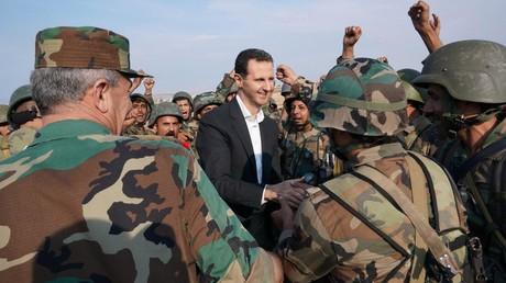 Bachar al-Assad avec des soldats de l'armée régulière, le 22 octobre 2019, à al-Habit, en Syrie.