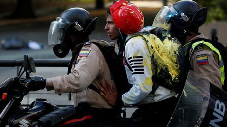 La police arrête un manifestant lors d'un rassemblement contre le président vénézuélien Nicolas Maduro à Caracas, au Venezuela, le 20 mai 2017.