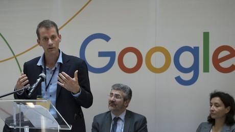 Le vice-président de Google, Jeffrey Dean, prononce un discours lors de l'inauguration du centre de recherche et développement de Google France, au siège du groupe à Paris, le 18 septembre 2018 (illustration).