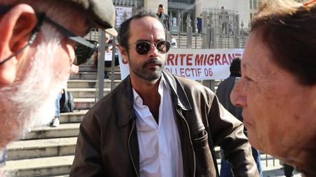 Cédric Herrou arrive pour son procès le 22 octobre 2018 au palais de justice de Nice (image d'illustration).