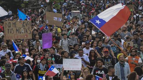 Des manifestants chiliens à Santiago, le 25 octobre 2019